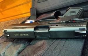 """Jeb Bush presume revólver """"América"""" y el tiro le salió por la culata"""