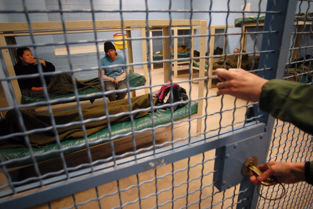 """""""Es una cárcel"""", dice Kamala Harris tras visitar a centros de detención"""