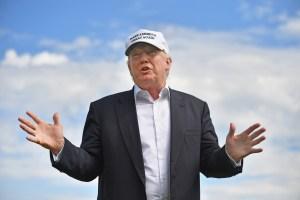 VIDEO: Trump ve avión y bromea que debe ser mexicano