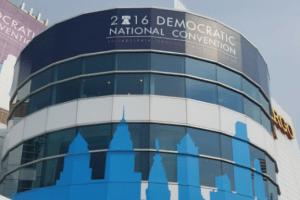 VIDEO: El espectáculo político detrás de cámaras en la DNC