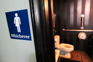 Juez bloquea las reglas de Obama sobre uso de baños en las escuelas