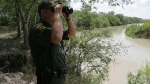 Hispanas demandan a agente fronterizo tras detenerlas por hablar español