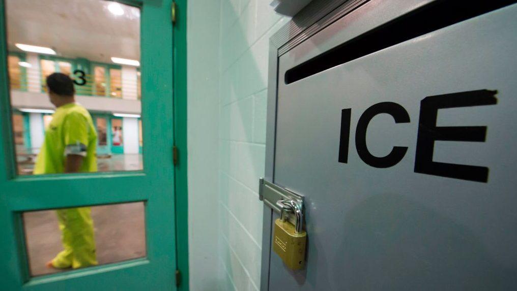 Inmigrante en centro de detención de ICE da positivo por coronavirus