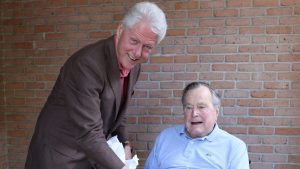 ¿De qué hablan Bill Clinton y George H.W. Bush cuando se juntan?