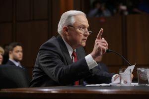 Temen que Jeff Sessions limite beneficios migratorios a miembros de caravanas