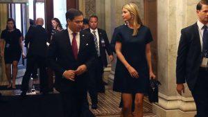 Marco Rubio trata de abrazar a Ivanka Trump, y la internet explota