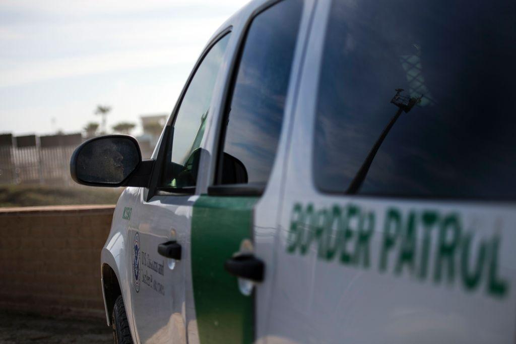 Agentes de la Patrulla Fronteriza habrían tratado de humillar a migrante