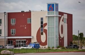 Motel 6 llega a acuerdo en demanda por discriminar a latinos