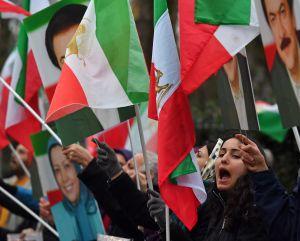 Trump apoya a manifestantes en Irán mientras ataca a Obama