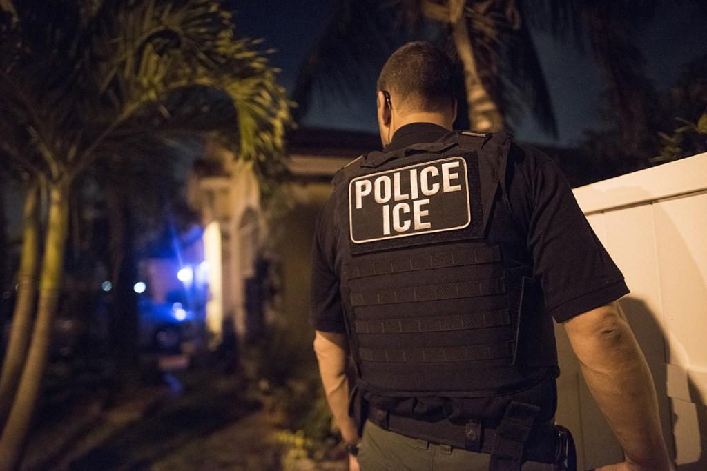 ICE planea redadas de familias migrantes en 10 ciudades