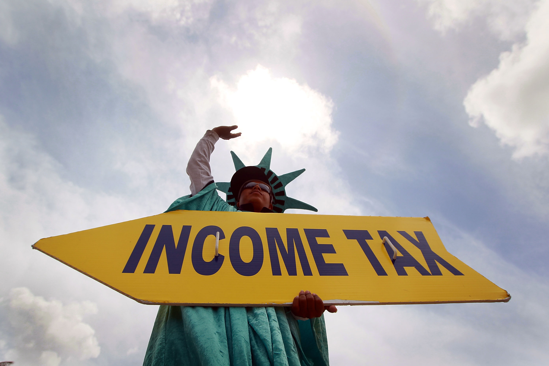Inmigrantes sin papeles pagan miles de millones de dólares en impuestos