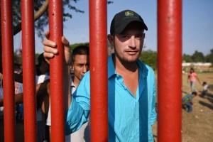 """Migrantes en """"Caravana"""" insisten en llegar hasta la frontera"""