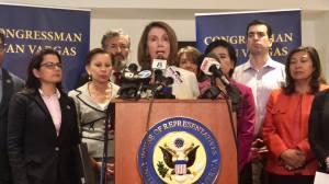Nancy Pelosi visita centros de inmigración para niños en la frontera