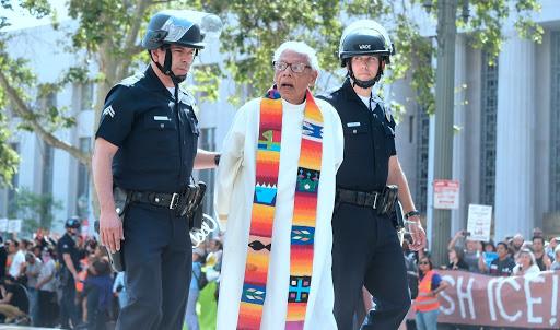 Arrestan a líderes religiosos en medio de protesta contra Sessions en LA