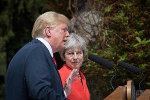 Trump elogia a Theresa May después de destruirla en una entrevista