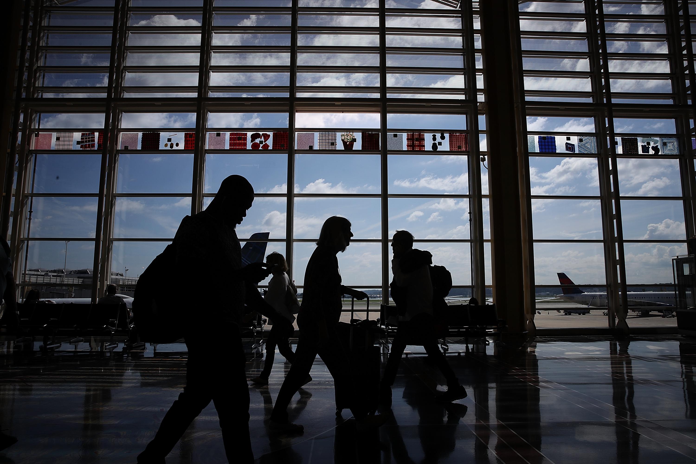 Programa secreto de vigilancia rastrea pasajeros en aeropuertos y vuelos