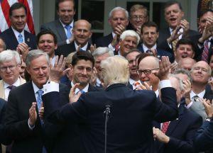 Donald Trump celebra con legisladores republicanos en la Casa Blanca