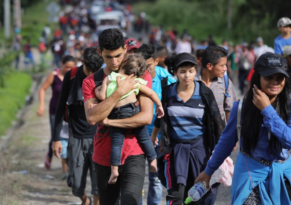 Migrantes centroamericanos avanzan en caravana por Guatemala