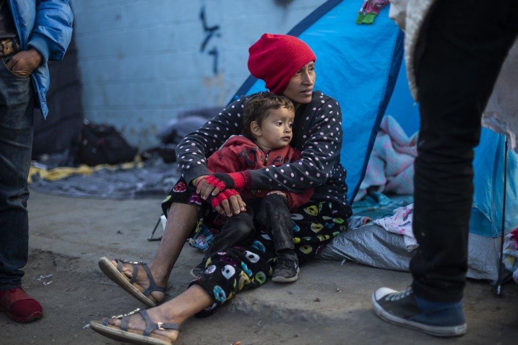 Piden eliminar política que regresa a solicitantes de asilo a México