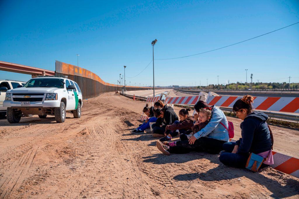 Casi 1 millón de migrantes detenidos en la frontera en año fiscal 2019