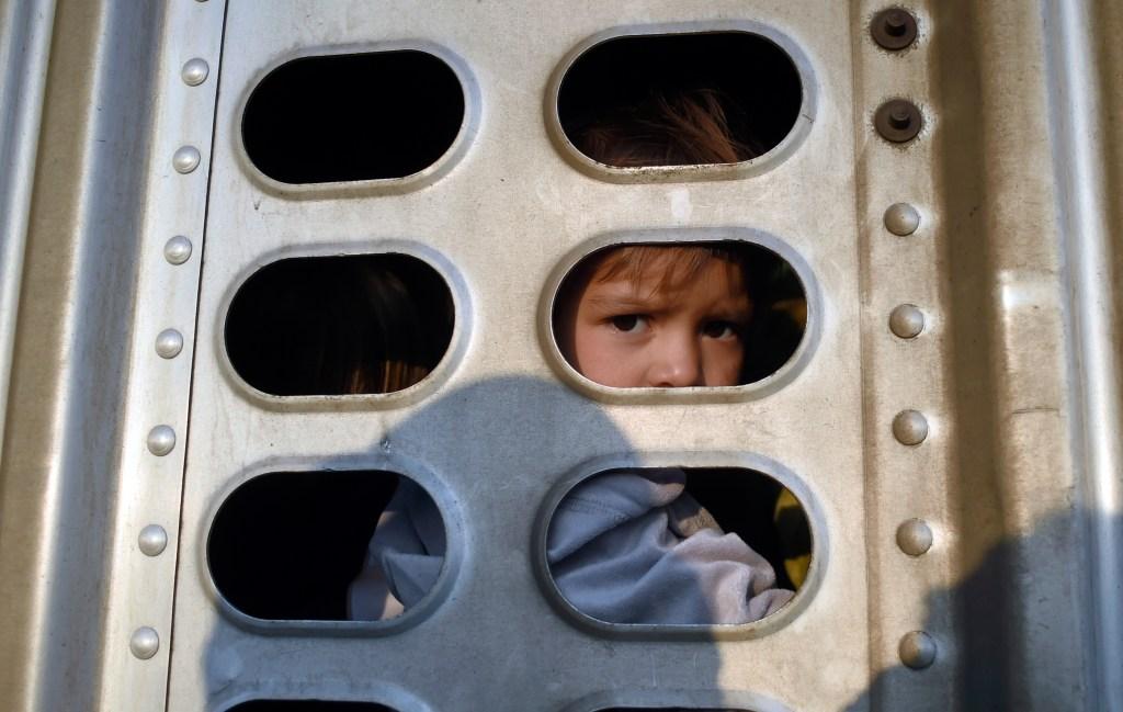 Jueza bloquea nueva política del gobierno sobre niños migrantes