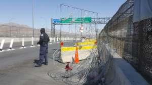 Migrantes corren intentando cruzar y agentes cierran el puente