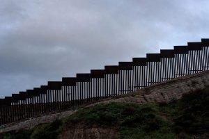 Principal tarea de militares en la frontera: pintar el muro