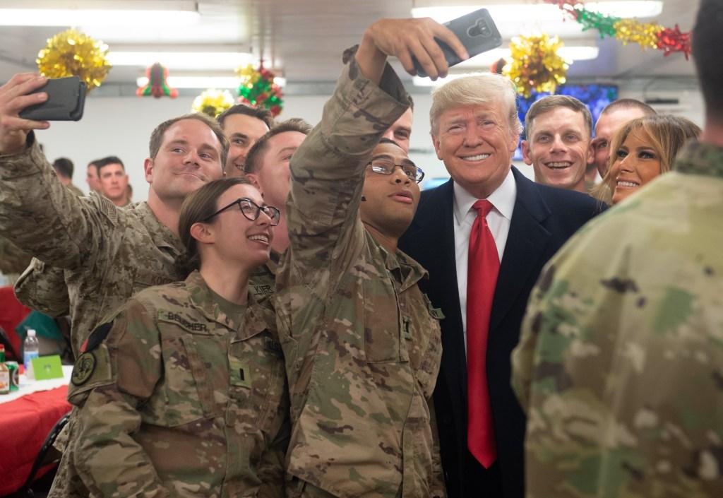 donald trump con soldados