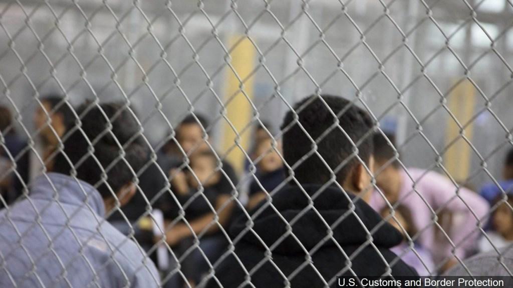 Agentes temían disturbios de migrantes en centro de detención de Texas