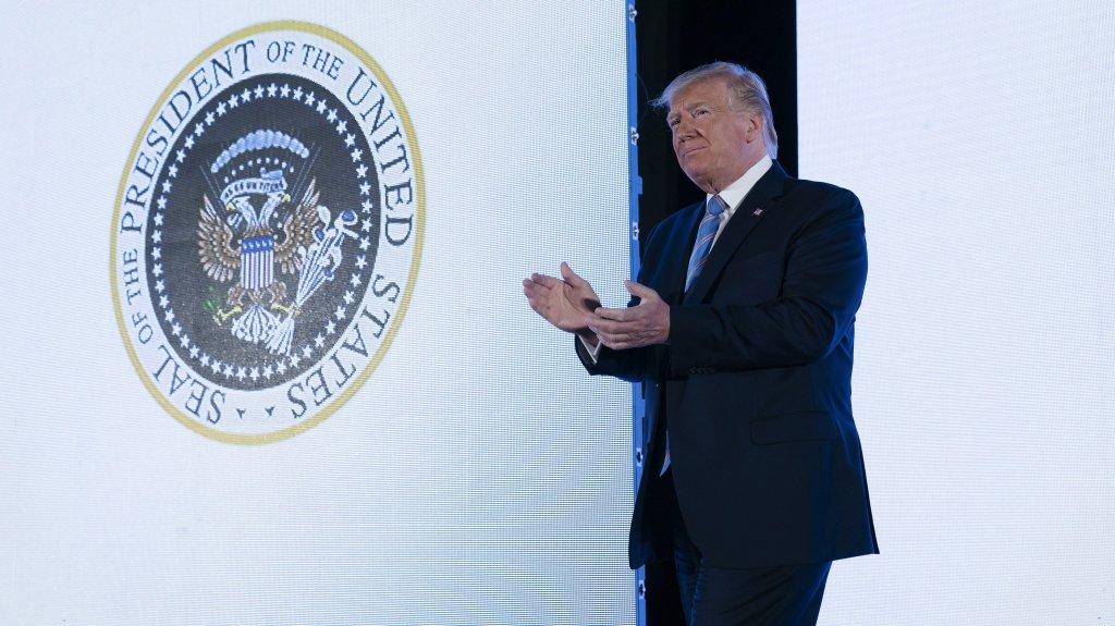 El extraño escudo presidencial detrás de Trump con un símbolo ruso