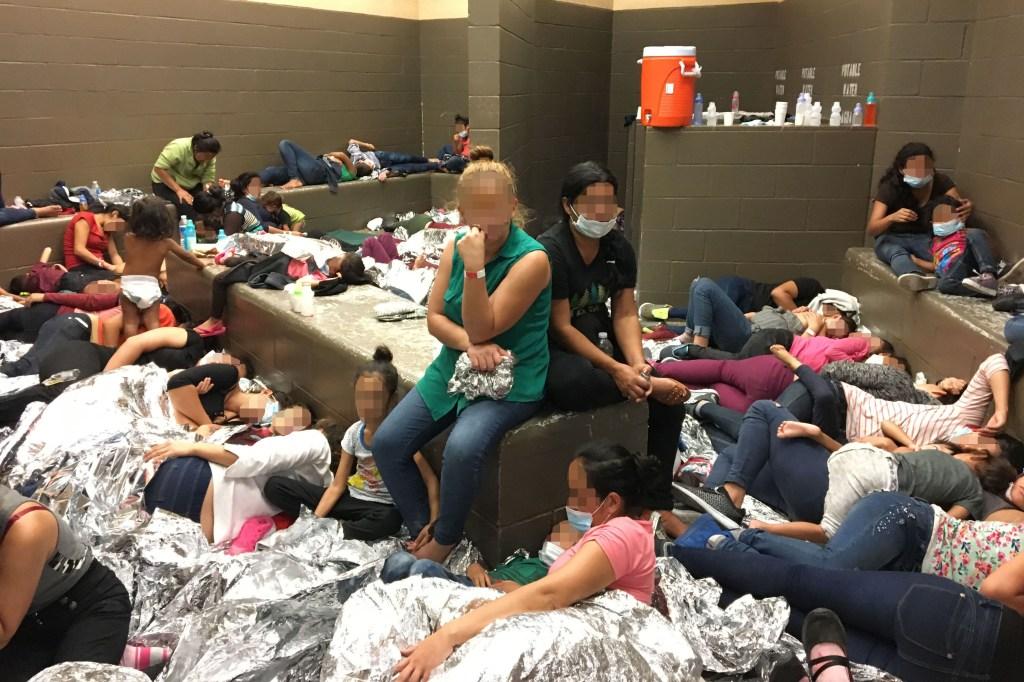 Juez de Arizona ordena tapetes y mantas para migrantes detenidos