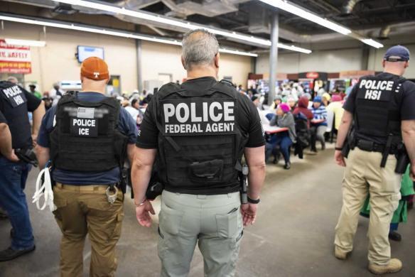 ICE acusa a 40 inmigrantes de los 680 detenidos en redada de Mississippi