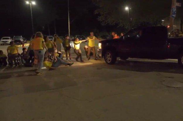 Camión embiste contra manifestantes frente a centro de ICE