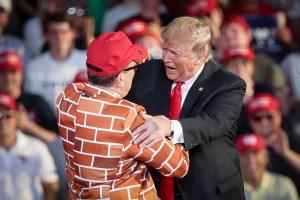 Gobierno de Trump planea desviar miles de millones más para el muro
