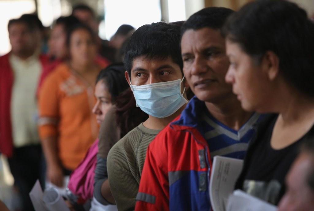 Gobierno planea más restricciones a migrantes condenados