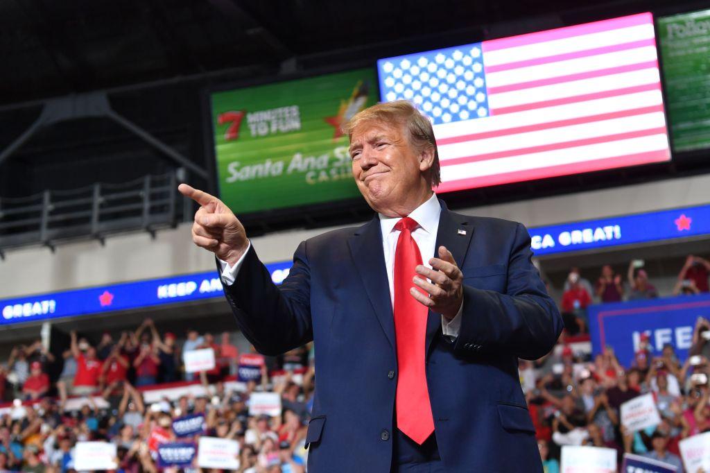 Trump sugiere que asesor hispano es demasiado blanco para ser latino