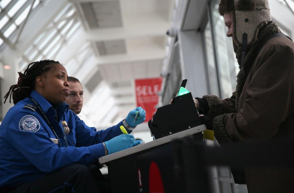 USCIS cambia documento de viaje para residentes permanentes