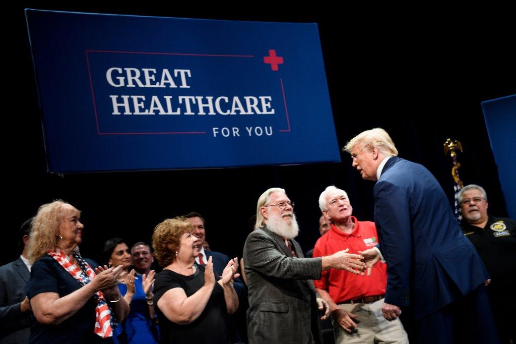 Trump firma orden ejecutiva para privatizar más al Medicare