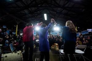 Demócratas conquistan votantes de suburbios que apoyaban a Trump