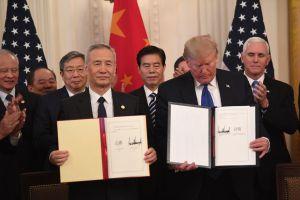 Trump firma acuerdo con China para poner fin a su guerra comercial