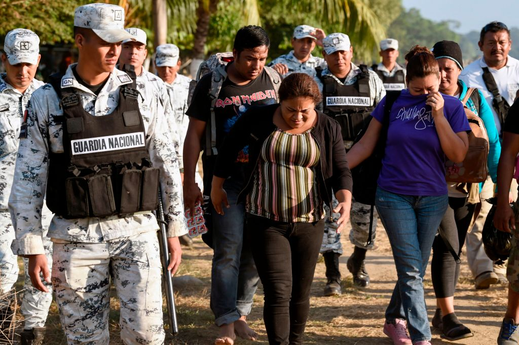 México empieza a deportar a migrantes de nueva caravana