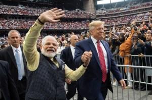 Trump viaja a India donde es recibido por decenas de miles de personas
