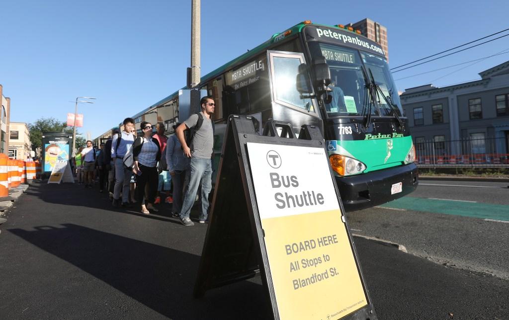 Redadas en autobuses: Greyhound dice que no, pero Peter Pan sí