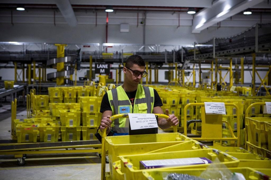Mientras los hoteles suspenden trabajadores, Amazon contrata a miles