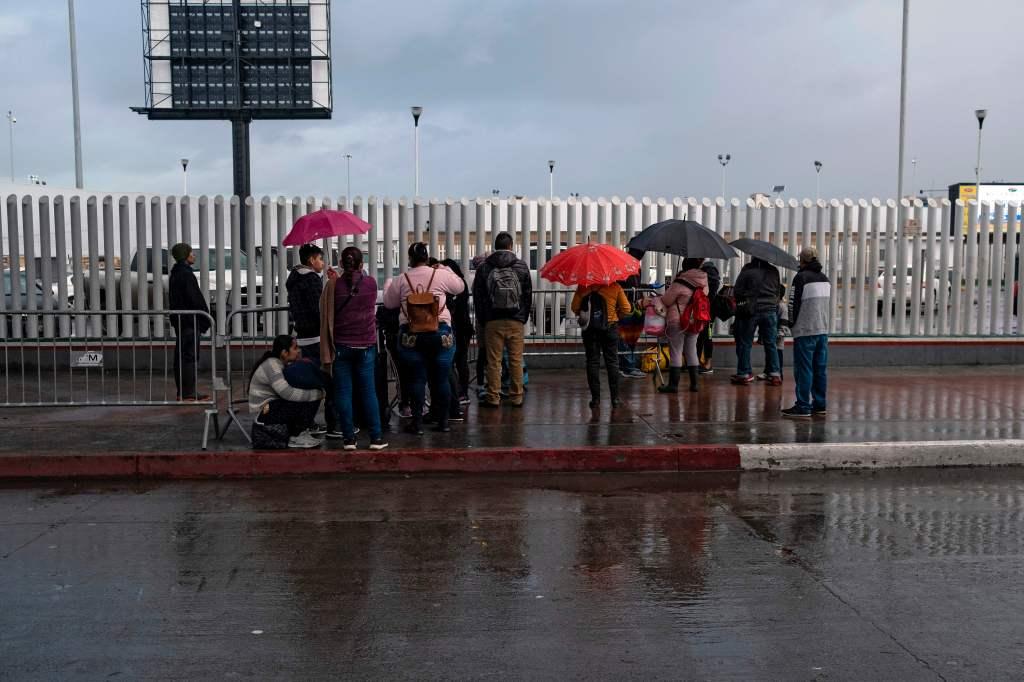 EE.UU. y México acuerdan restringir viajes no esenciales por frontera