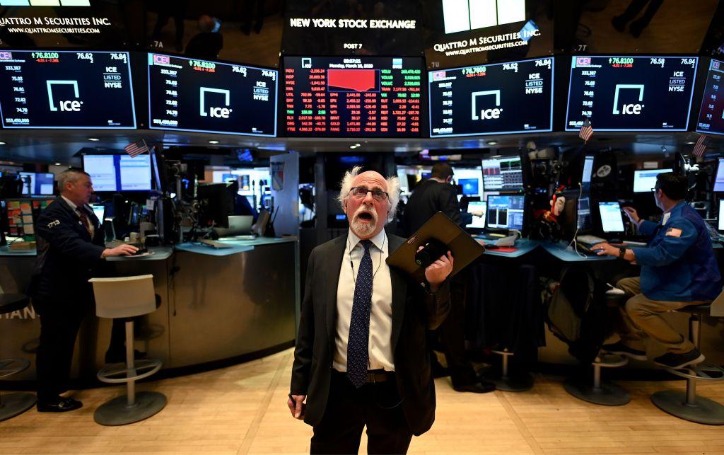 Cae Wall Street después que Trump dice coronavirus podría durar meses
